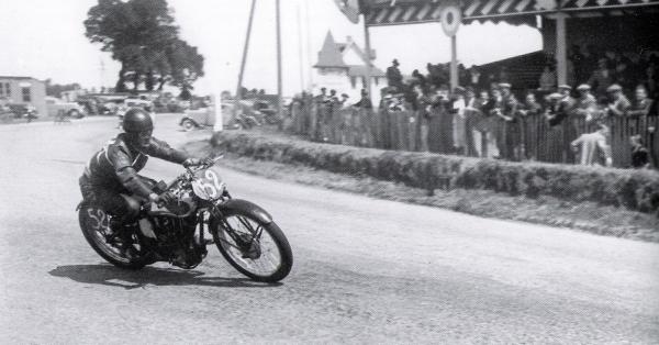 Dieppe 1935 motos.jpg