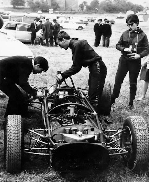 1965 J Williams juste au dessus de sa brabham Bt15 .jpg