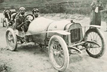 Jules_Goux_vainqueur_de_la_Coupe_des_Voiturettes_de_Palerme_(Corsa_Vetturette_Madonie)_en_1909_sur_Peugeot.jpg