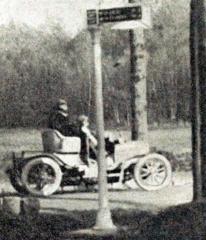 Jules_Goux_à_la_Coupe_des_Voiturettes_en_novembre_1906_à_Rambouillet,_sur_Peugeot.jpg